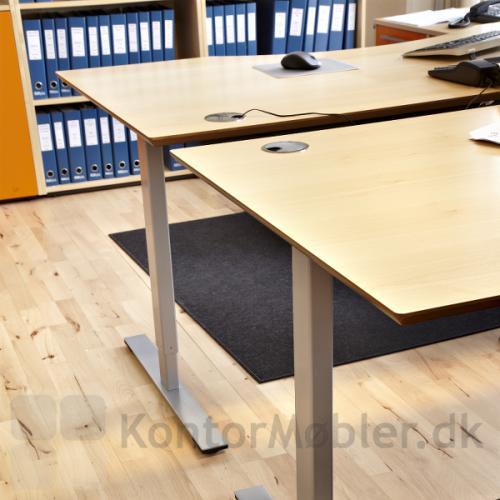 Delta hævesænkebord med ahorn overflade