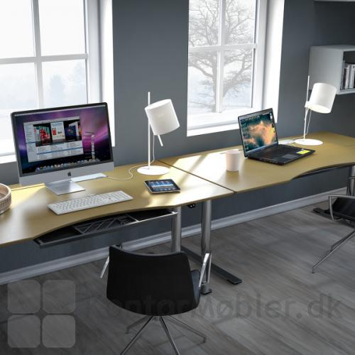 Delta hævesænkebord på kontor med ahorn overflade