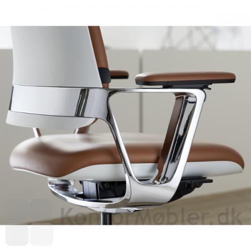 Connex2 kontorstol kan vælges med armlæn og stel i poleret aluminium