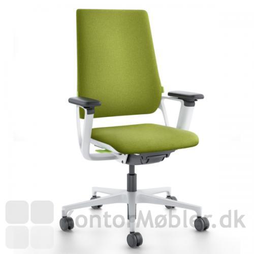 Connex2 kontorstol i grå-hvid med grøn polstring og grønne betjeningsknapper