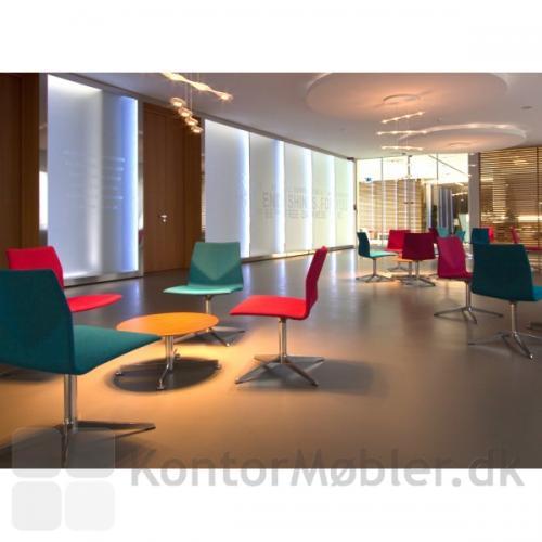 Four Cast Lounge er en elegant fuldpolstret møde- og loungestol