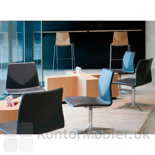 Four Cast Lounge med sort læder polstring og poleret alu stel