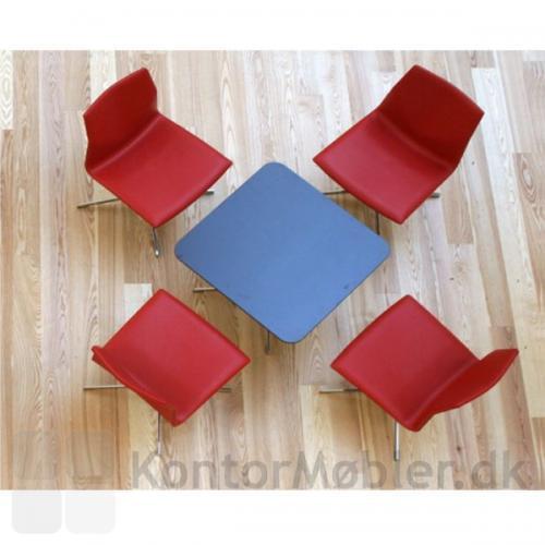Four Cast Lounge har returdrej, så stolen altid står pænt efter brug