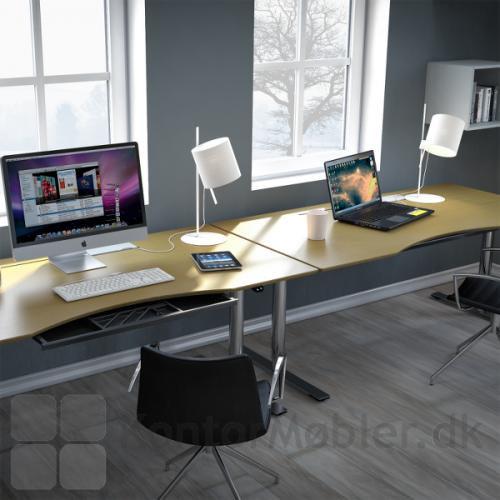 Udtræksbakke til hæve sænke borde, her monteret under bordplade med centerbue