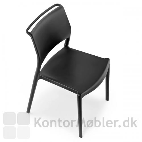 Ara stolen har greb i toppen af ryglænet, hvilket gør den nem at flytte