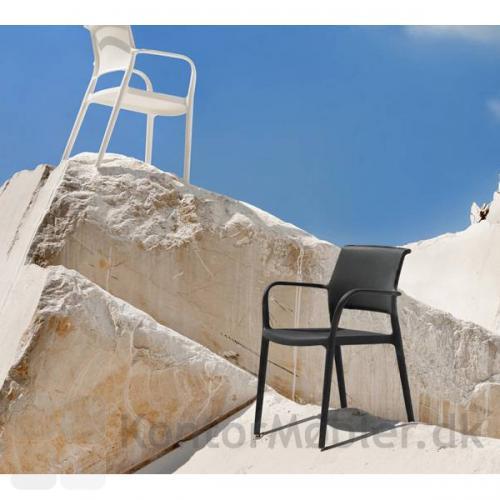 Ara stolen er robust og egner sig godt til udendørs brug