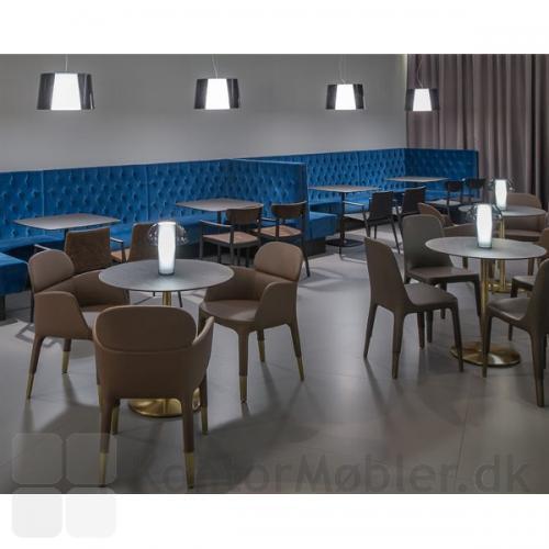 Colette bordlampe i café eller lounge, kombineret med Look loftlampe