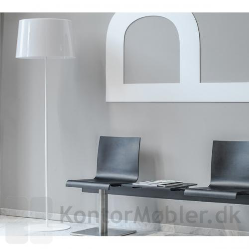 Look gulvlampe med skærm i gennemfarvet hvid