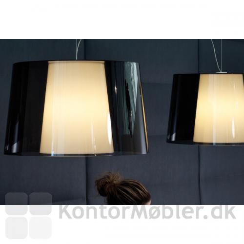 Look loftlampe har en flot effekt, med de to skærme i en lampe