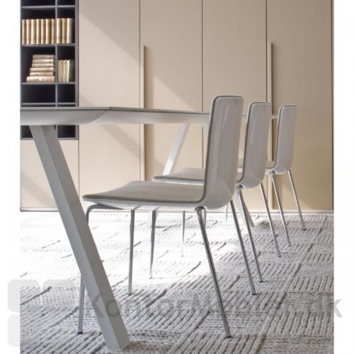 Arki er et enkelt og særdeles stilrent mødebord
