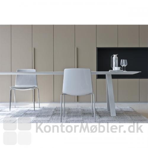 Arki bord i miljøbillede med Noa stol