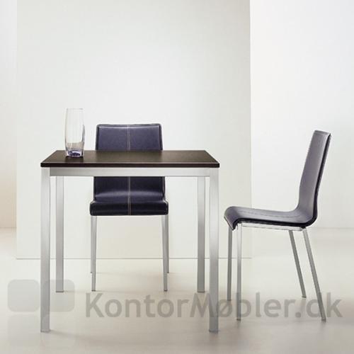 Café setup med Kuadro bord med sort plade og stål-stel
