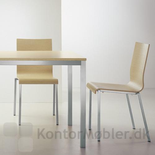 Kuadro bord med bordplade i bleget eg med to XL stole