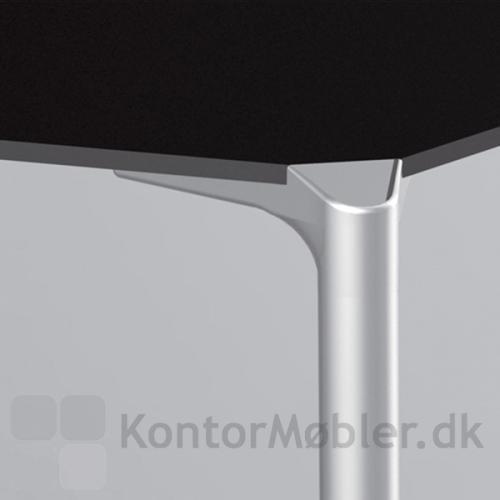 Jump bord med alu ben, giver bordet et flot og elegant udseende