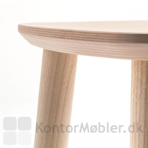 Babila barstol i lys ask. Udsnit af sædet med kantprofil