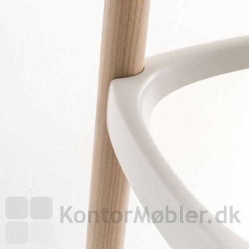 Babila barstol i lys ask med hvid fodstøtte