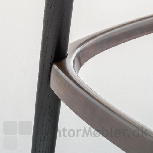 Babila barstol i sortbejdset ask med sort fodstøtte