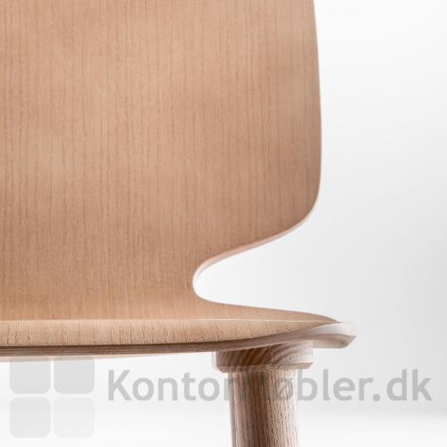 Babila stol i træ, sæde i ask finér med god siddekomfort og ben i massiv ask