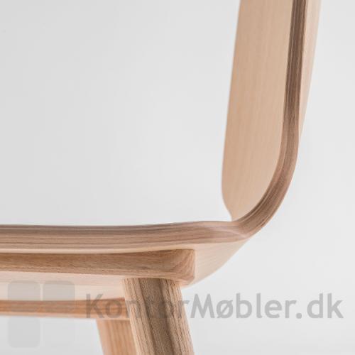 Babila stol med massive træben kombineret med finér sæde