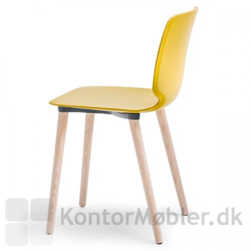 Babila stol med sæde i gul og ben i massiv ask