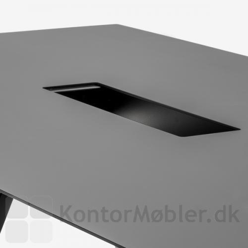 Kabelgennemføringen til Arki mødebord er 15 cm bred og 60 cm lang - nem at komme til