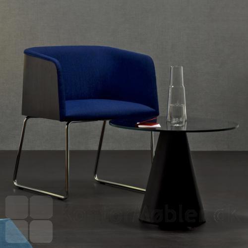 Ikon 863 bordet i sort, giver en ekstra hyggeplads på værelset eller i stuen