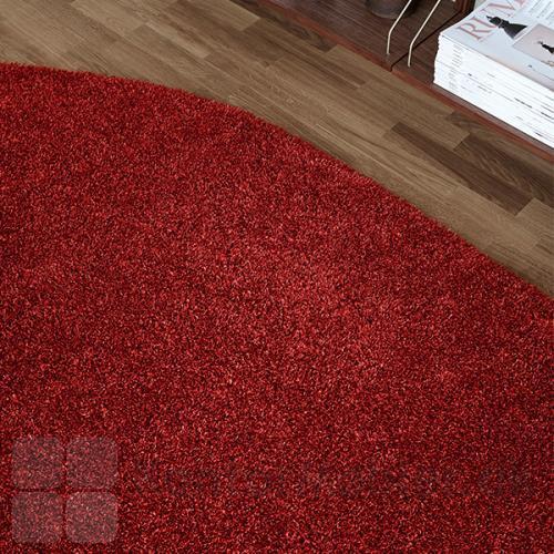 Rødt saddel-formet tæppestykke samler hele rummet