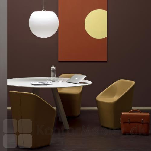 ARK5 mødebord i hvid kombineret med Happy Apple lampe