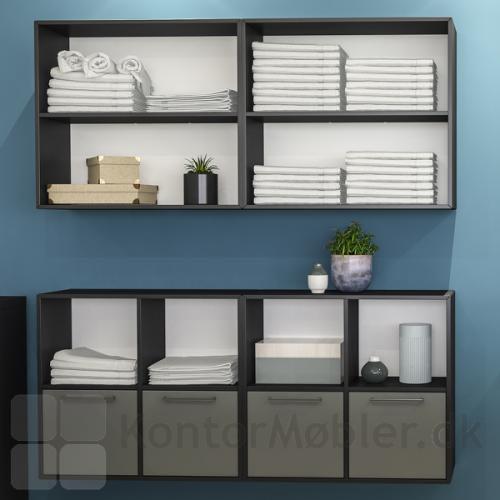 Væghængt Delta 2.0 bogkasse med låger, kombineret med reol med brede hylder