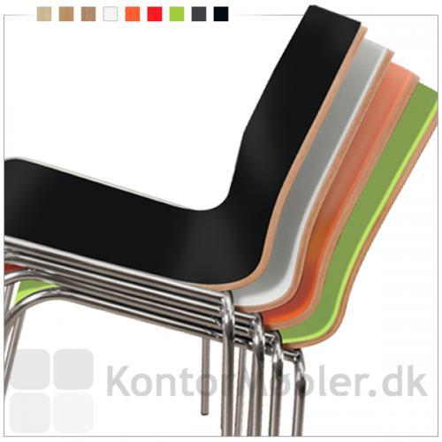 Spela stolen kan fås i flere farver og kan stables som vist her på billedet.