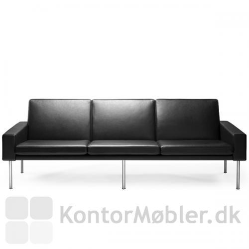 GE 34 sofa til 3 personer har et ekstra sæt ben på midten