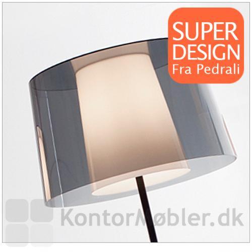 Skærmen på Look gulvlampe kan vælges i polycarbonat eller powdercoated beige