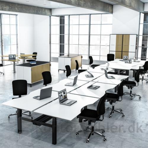 Dobbelt hæve sænke bord fra Dencon, giver plads til mange arbejdspladser