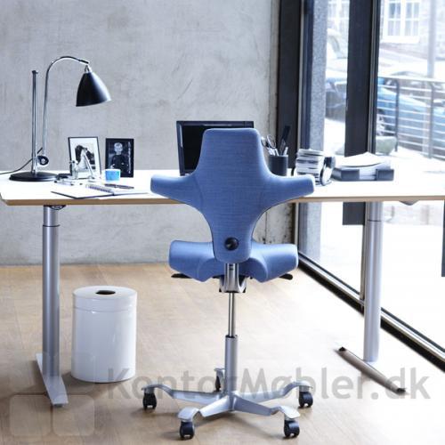 Capisco 8106 kan bruges både siddende og halv-stående, og stolen kan indstilles i både sædehøjde, sædedybde og ryghøjde.