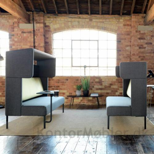 Four Us sofa i 2 varianter, med samme stoftype og farve. Det matcher godt