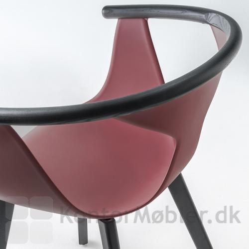 Fox stolens armlæn i sortbejdset ask giver stolen et unikt design