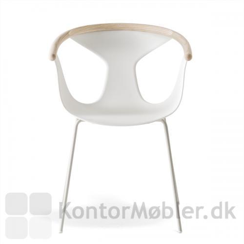 Fox stolen er her valgt med stålben. Stolen er vist med hvidt sæde, hvide ben og armlæn i lys ask