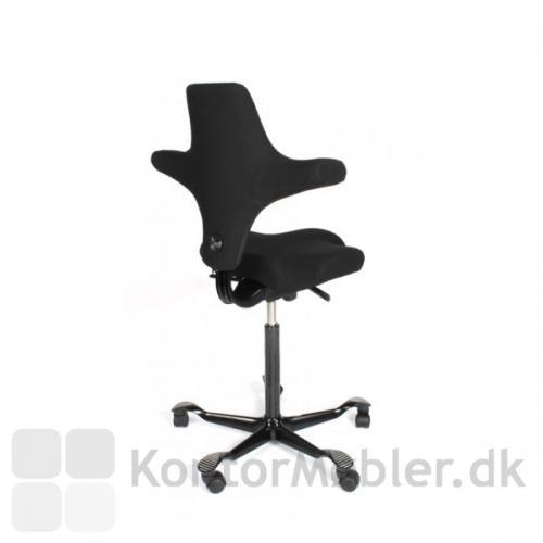 HÅG´s moderne nyklassiker, Capisco 8106, er en ergonomisk og ikonisk møbel-perle, der passer alle brugere