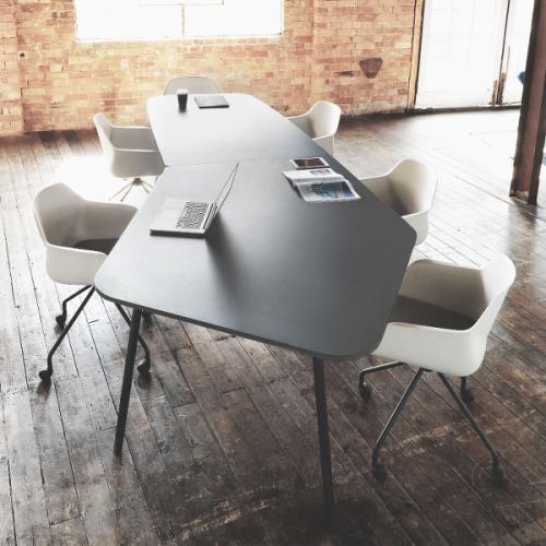 Flake mødebord sammensat af Half Elipse og Diamond bordplader