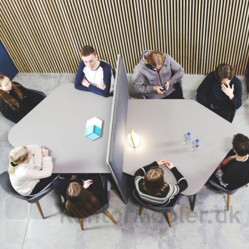 Flake mødebord Daimond med skærmvæg mellem de to borde