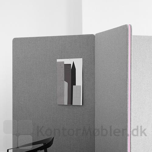 De indbyggede magneter gør skærmvæggene nemme at koble samme.
