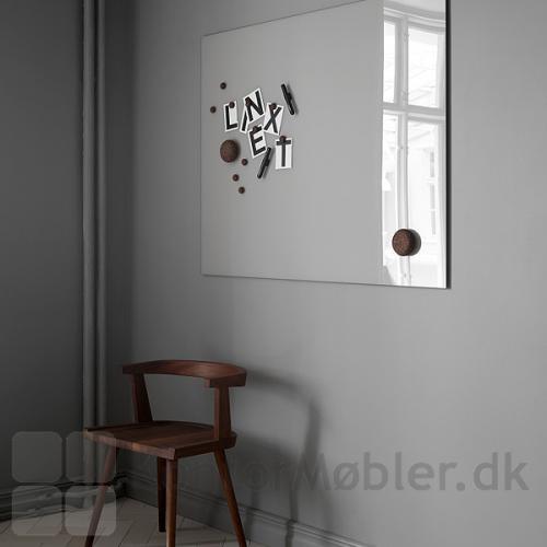 Mood Wall glastavle valgt i diskret farve, med sorte kork magneter