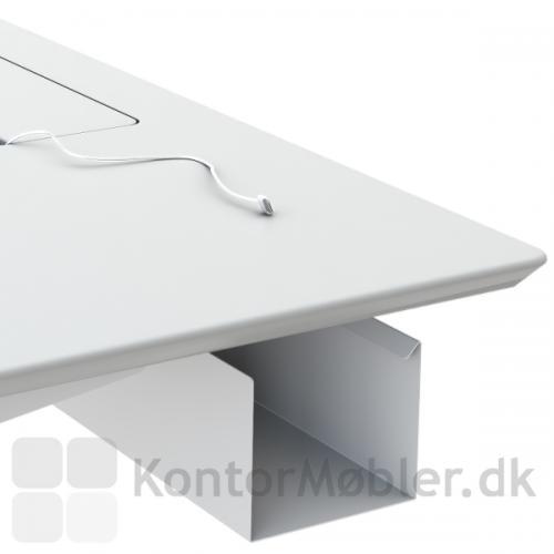 Få plads til alle ledningerne med den rummelige kabelbakke til Fumac hæve sænke borde