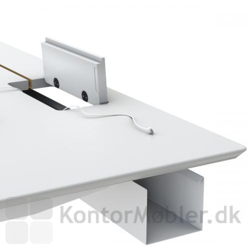 Fumac kablebakke til hæve sænke borde, her med kabelklap i bordpladen