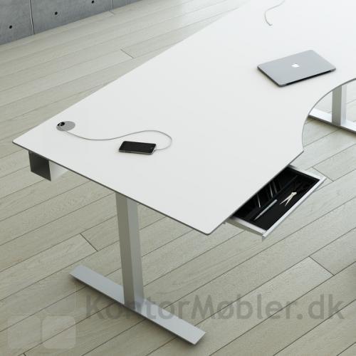 Fumac hæve sænke bord med kvadratiske Square søjler, hvid bordplade og hvid kabelbakke