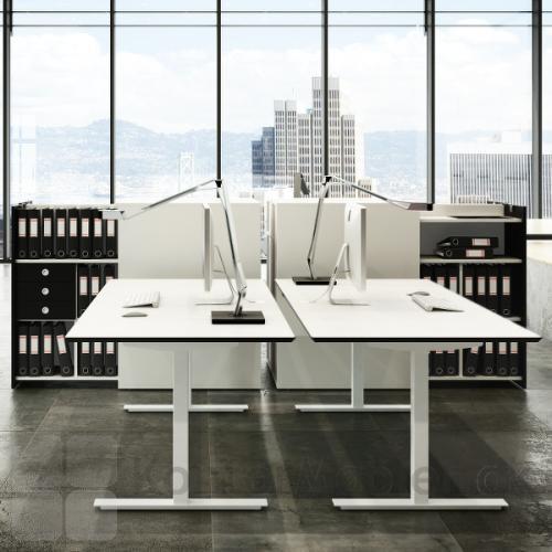 Fumac hæve sænke borde med kvadratiske ben og hvid bordplade, kombineret med udtræksskabe
