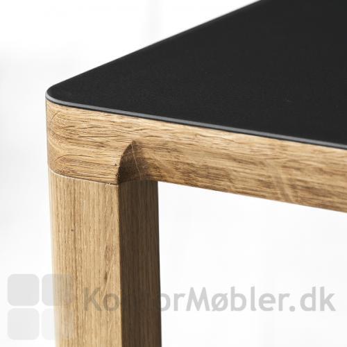 Slender konferencebord med overflade i linoleum, kant og ben i massiv eg