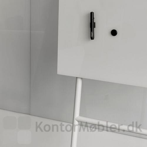 Mono mobil glastavle er magnetisk. Bemærk, glastavler kræver kraftige magneter