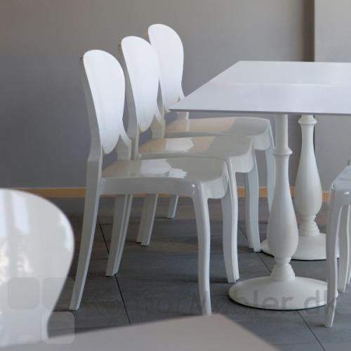 Queen stolen i hvid kombineret med disse giver indretningen et romantisk udseende