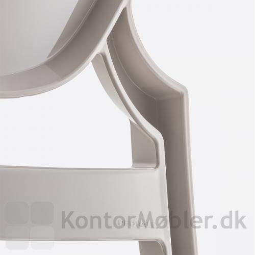 Queen stolen er produceret i Polycarbonat. Nærbillede af ryggen
